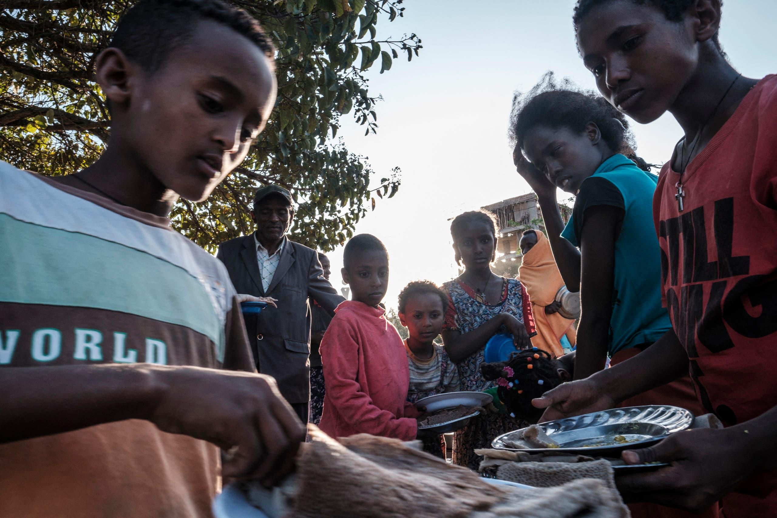 أطفال نازحون في تيغراي يتلقون وجبات غذائية (أرشيفية)