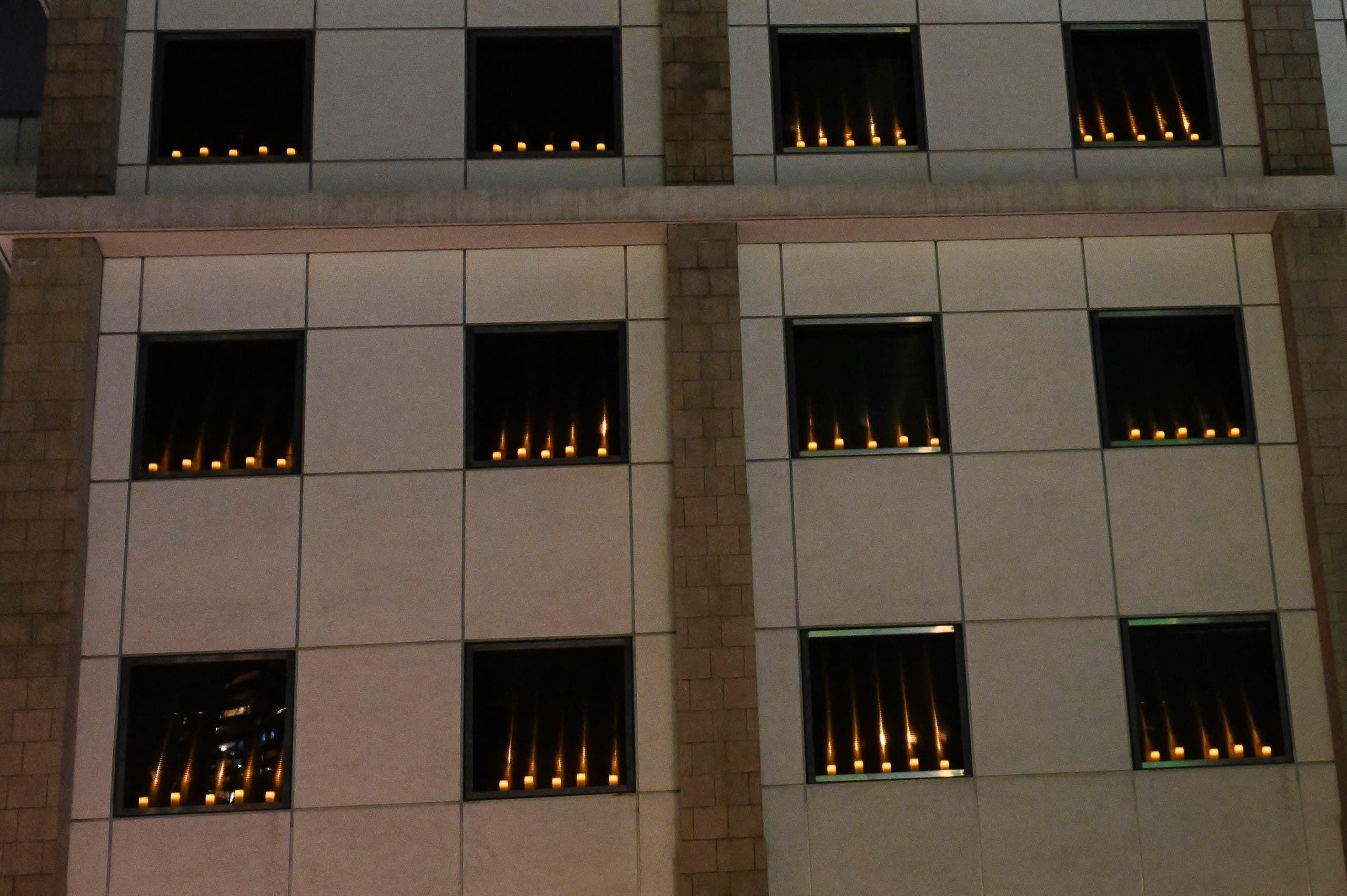 شموع مضاءة على نوافذ قنصيلة الولايات المتحدة في بكين