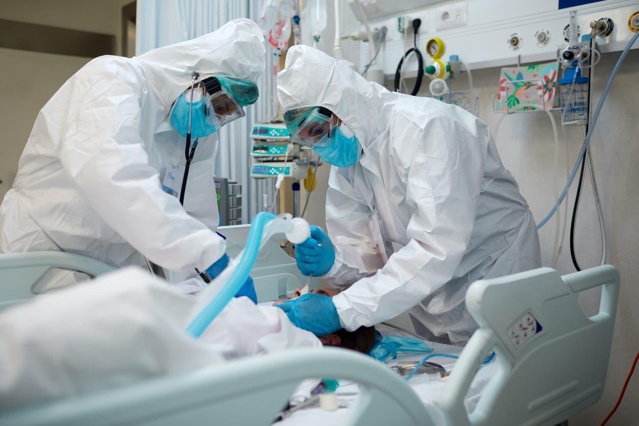 علاج مريض مصاب بكورونا - آيستوك