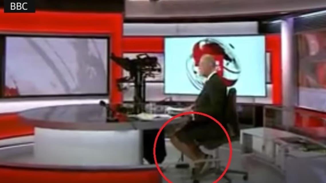 مذيع الأخبار ظهر بالشورت والحذاء الرياضي