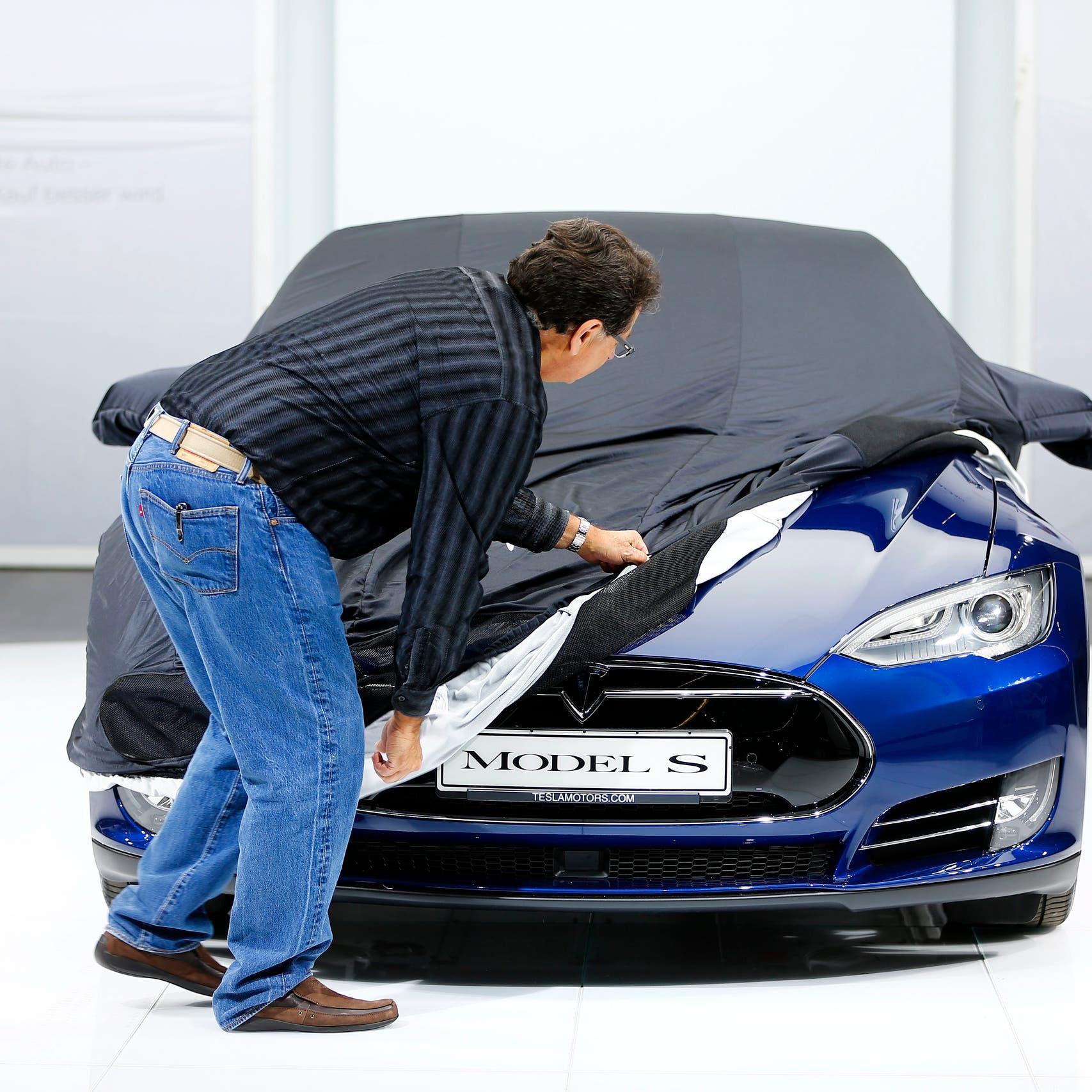 """قرار مفاجئ.. إيلون ماسك يلغي خطط """"تسلا"""" لتطوير سيارتها الخارقة"""
