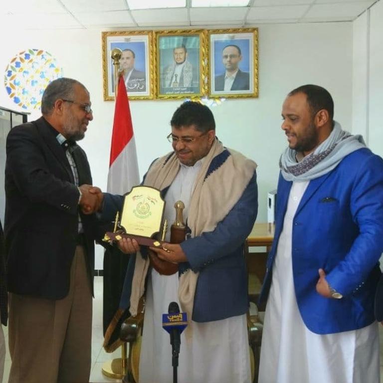 ممثل حماس في صنعاء يلتقي الحوثي.. مقدماً هدية