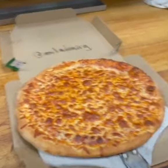 خدعة لا تصدق.. سرق قطع بيتزا كبيرة ولم تتغير الفطيرة!