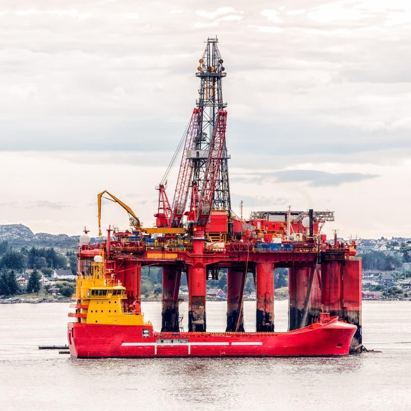 النفط يواصل الهبوط وسط توقعات بعودته إلى مسار الانتعاش مع تحسن الطلب