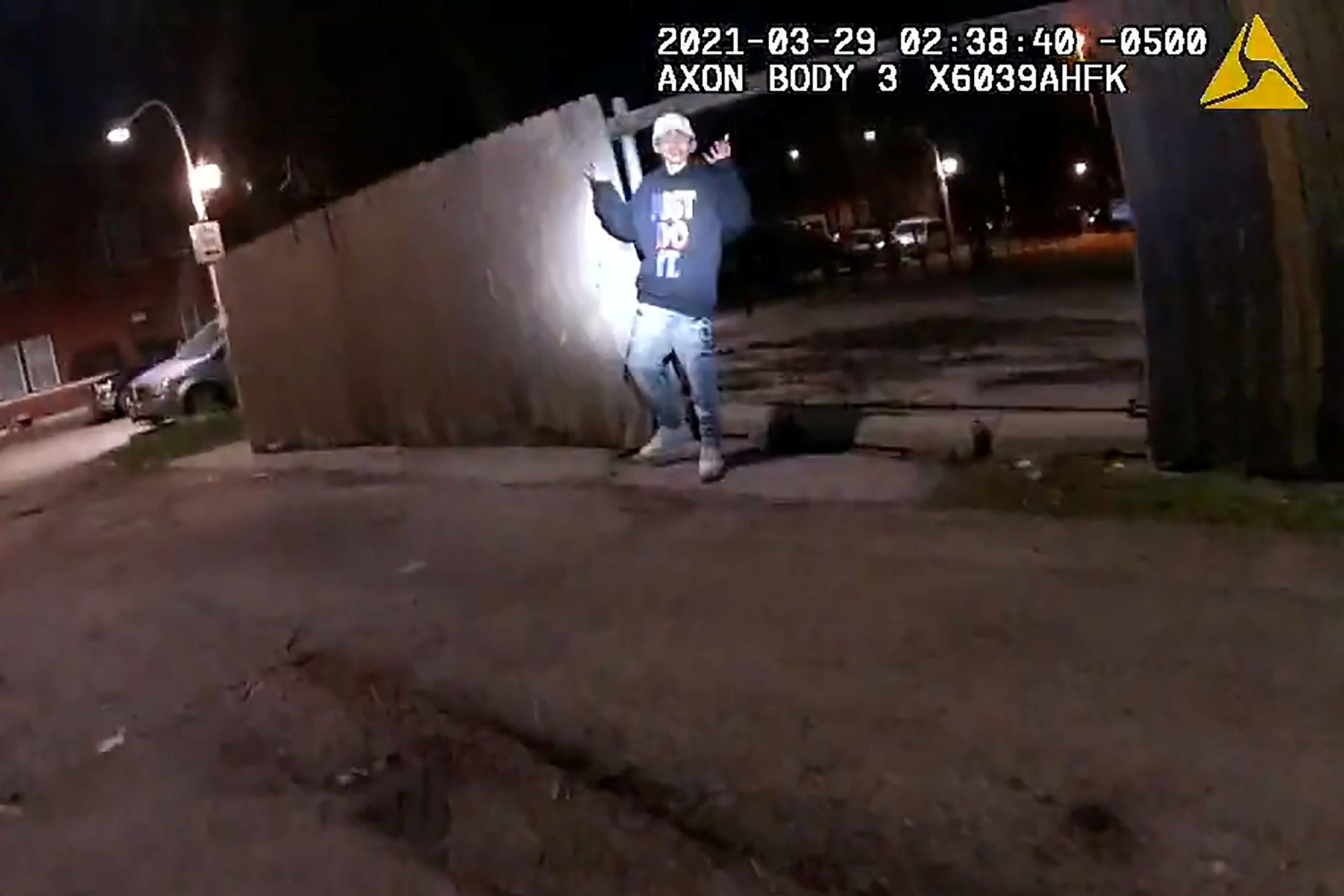 ما أظهرته كاميرا مثبة على ملابس شرطي محلي في شيكاغو خلال عملية اعتقال في مارش الماضي أدت لإطلاق النار على مراهق مشتبه به