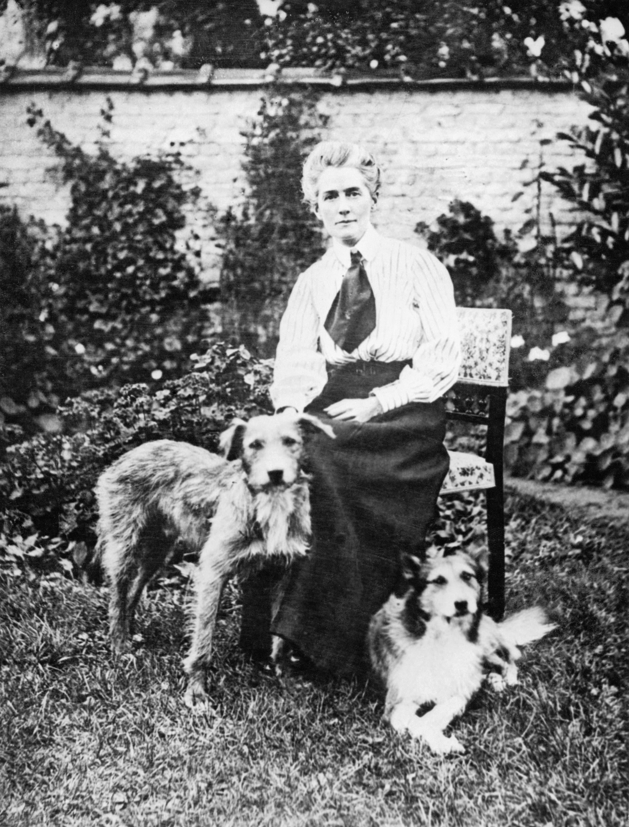 صورة للمرضة كافيل رفقة عدد من حيواناتها
