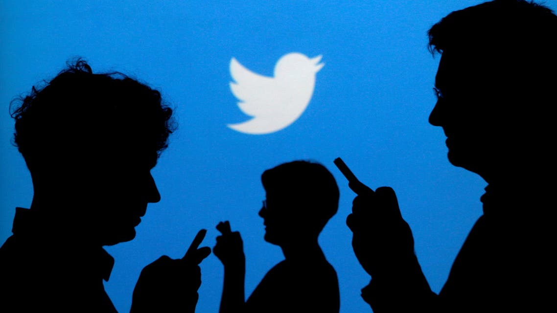FILE PHOTO: People holding mobile phones are silhouetted against a backdrop projected with the Twitter logo in this illustration picture taken September 27, 2013. (File Photo: Reuters)