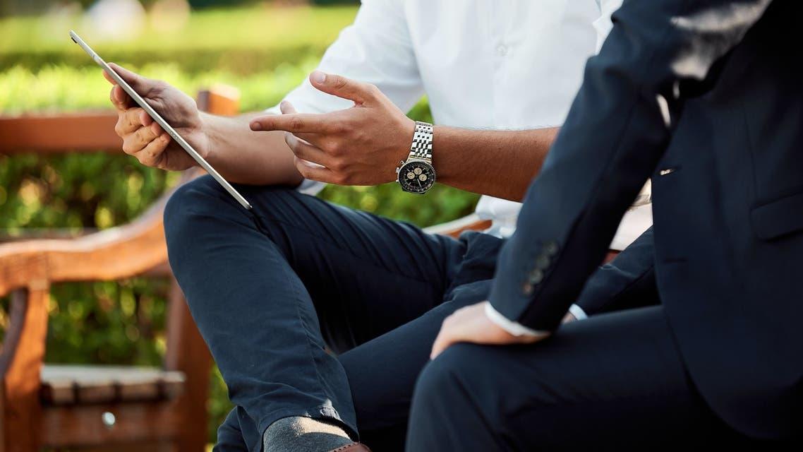 Two businessmen having a meeting in the park. (Unsplash, Mediensturmer)