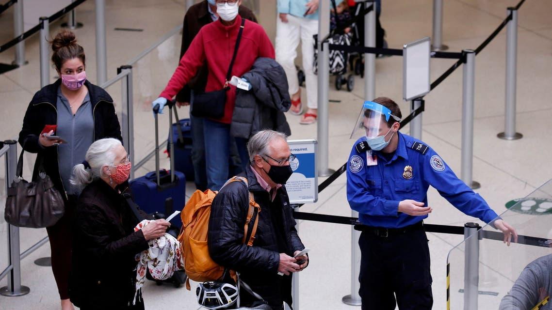 إجراءات قدوم المسافرين في أحد مطارات الولايات المتحدة (رويترز)