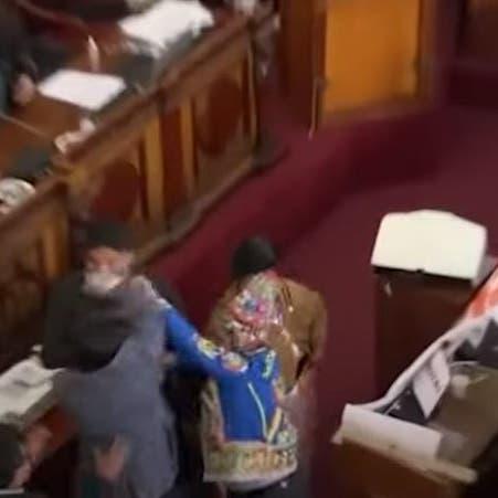شاهد.. نائبان بوليفيان يتبادلان الركلات واللكمات