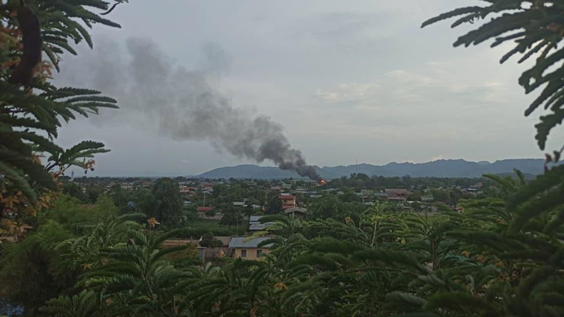 دخان متصاعد خلال اشتباكات بين الحكومة والمعارضة (رويترز)