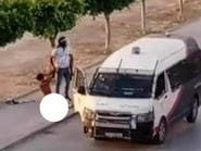 فيديو يثير غضب التونسيين.. سحل شاب وتعريته