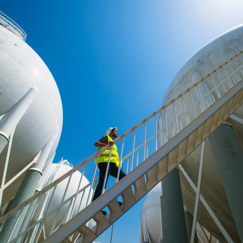 النفط يتجه لتحقيق مكاسب للأسبوع الثالث مع بوادر تحسن الطلب