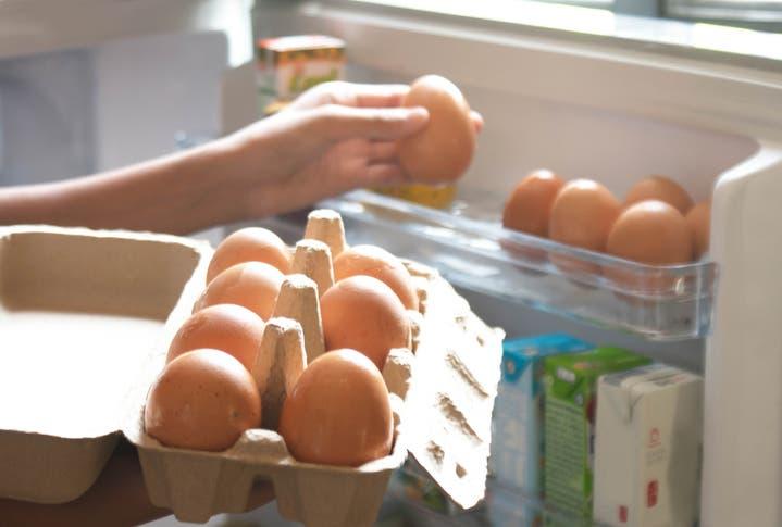 بيض في الثلاجة (آيستوك)