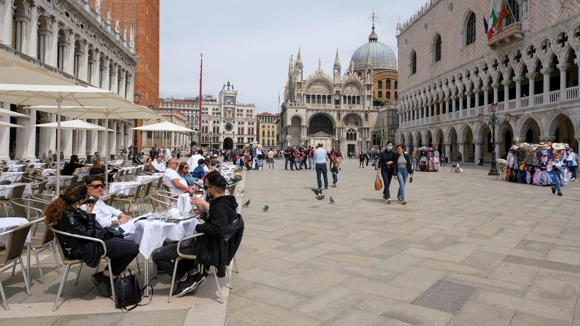 سياح في مدينة البندقية الإيطالية (رويترز)