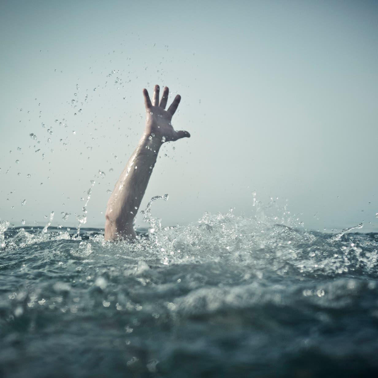 شرطي مصري من قوة الإنقاذ يبحث عن جثة بالمياه.. فغرق!