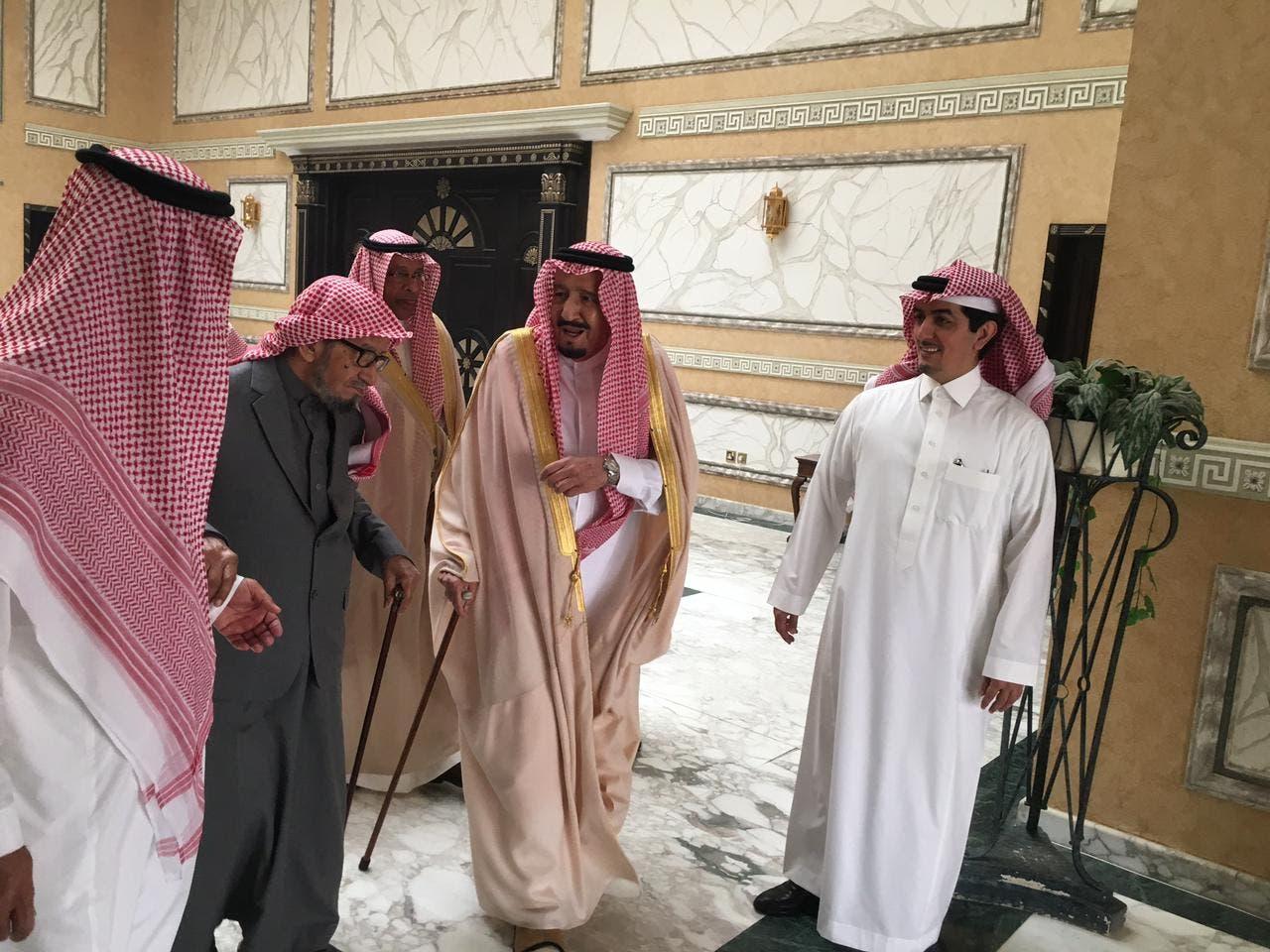 الملك سلمان في زيارة للشتري في منزله