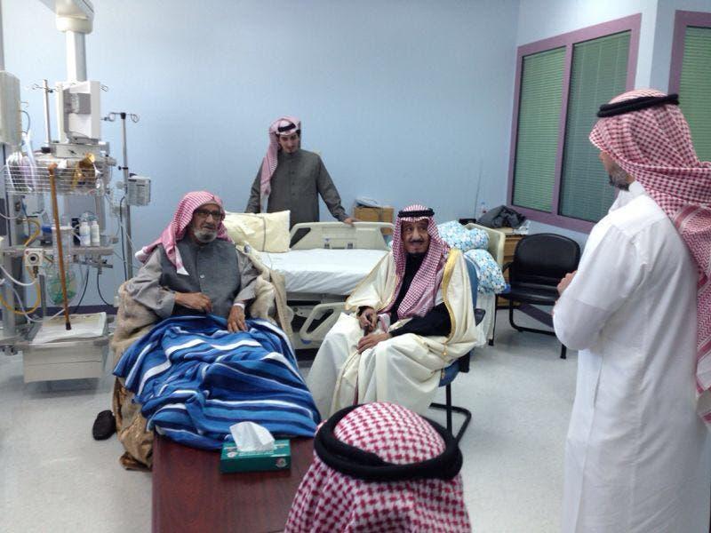 الملك سلمان خلال زيارة الشتري في المستشفى