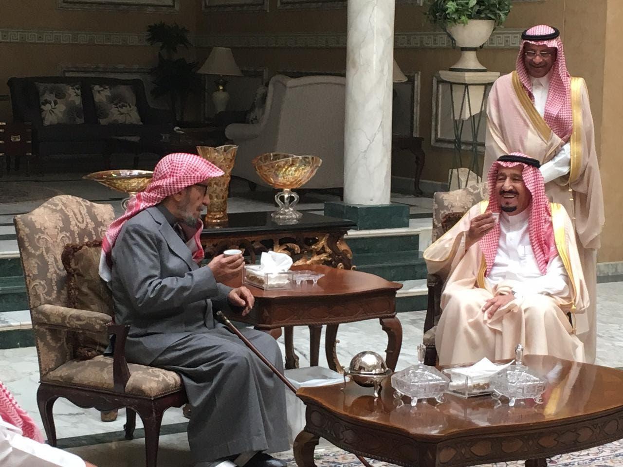 الملك سلمان في زيارة للشيخ الشتري في منزله