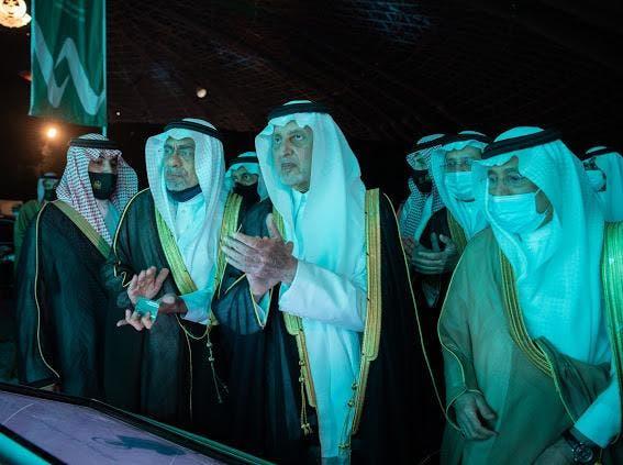 شہزادہ خالد الفیصل ماڈل بس منصوبے کا افتتاح کر رہے ہیں