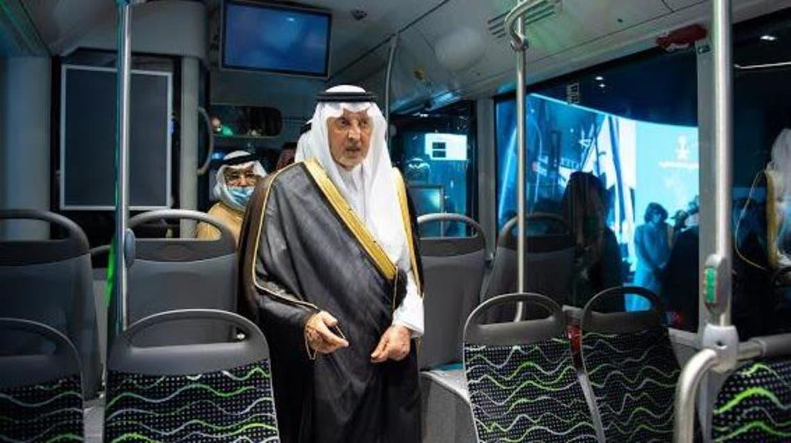 خالد الفيصل يقف على نموذج الحافلات