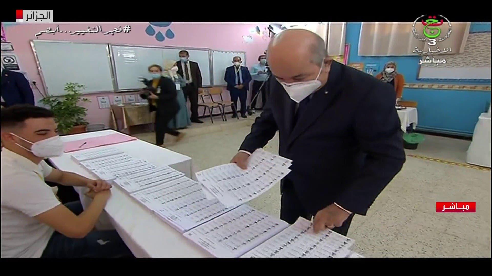 الرئيس الجزائري يقوم بالتصويت في الانتخابات التشريعية
