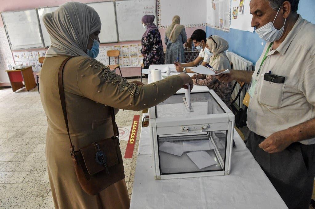 امرأة تدلي بصوتها في مركز اقتراع في بوشاوي، في الضواحي الغربية للعاصمة الجزائرية، في 12 يونيو 2021 .