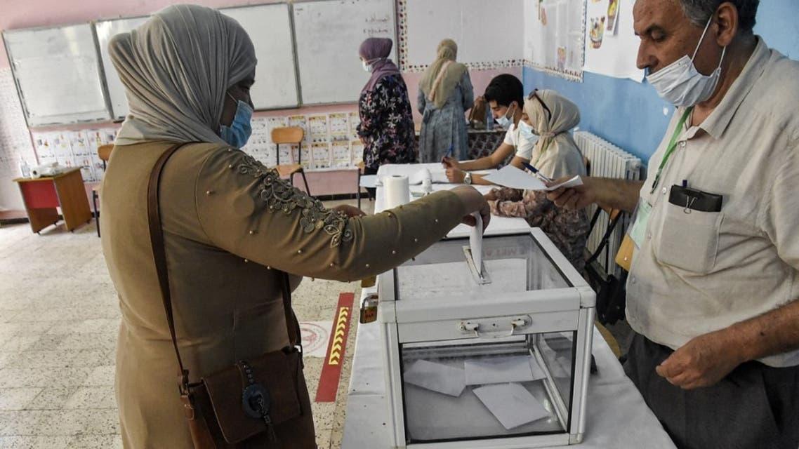 امرأة تدلي بصوتها في مركز اقتراع في بوشاوي ، في الضواحي الغربية للعاصمة الجزائرية ، في 12 يونيو 2021 خلال الانتخابات البرلمانية لعام 2021.