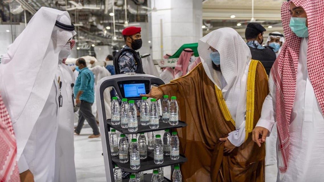 تدشين روبوت لتوزيع ماء زمزم