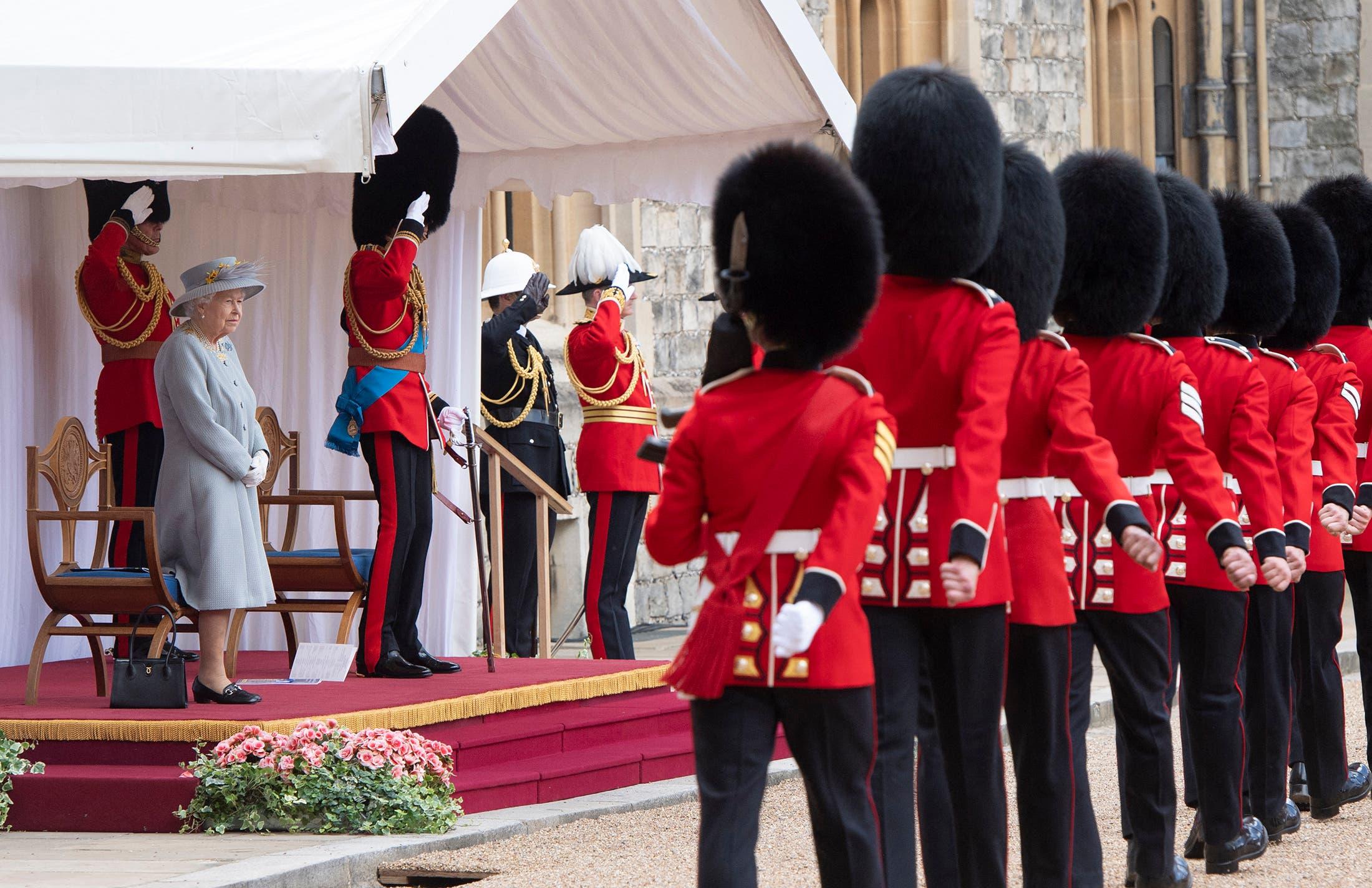 الملكة إليزابيث تحضر مراسم ميلادها العسكرية