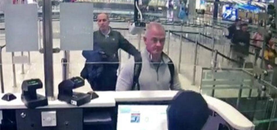 الصورة الوحيدة للبناني الأصل، هي التي ظهر فيها خلف الأميركي مايكل تايلور في المطار التركي