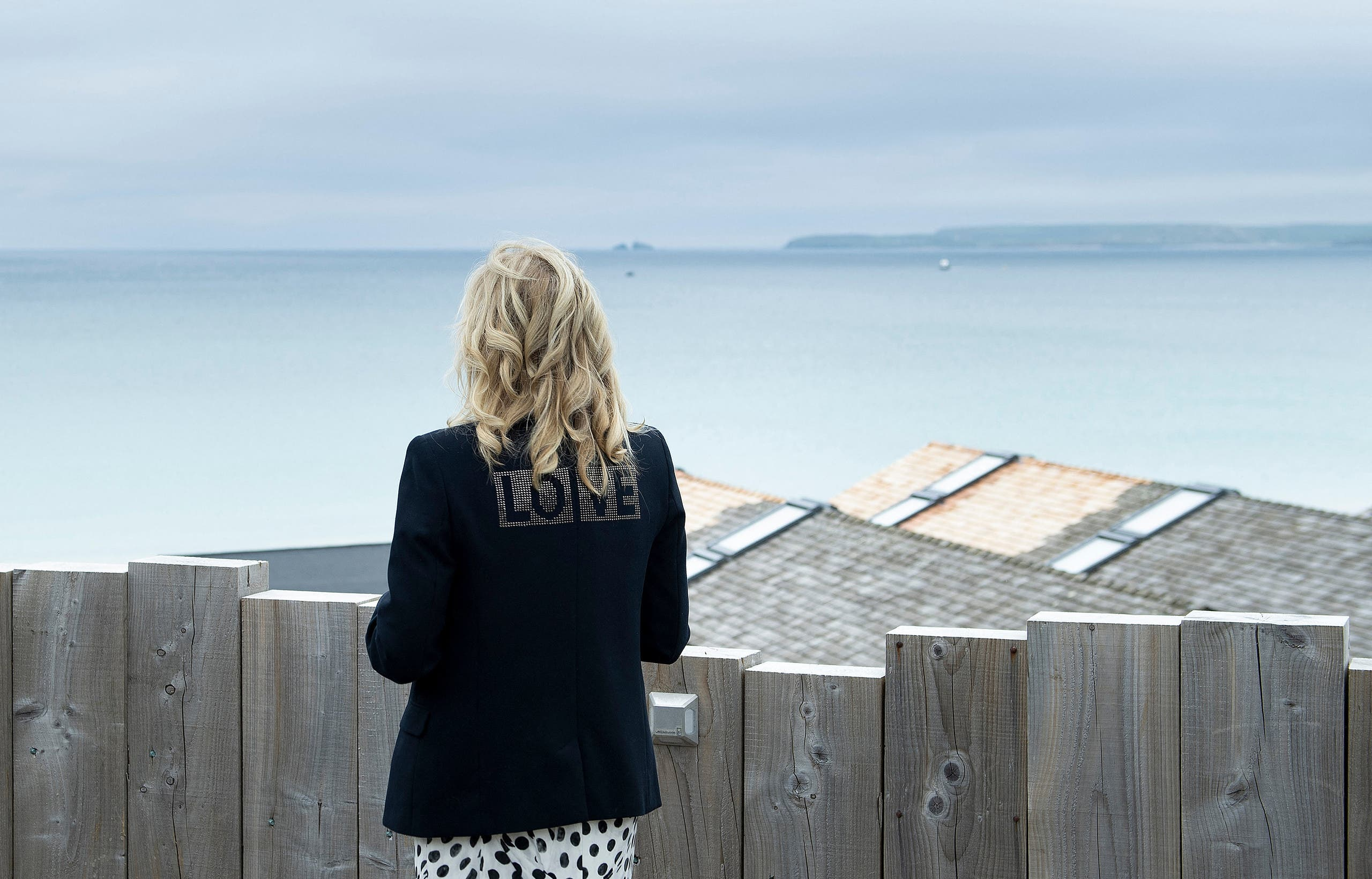 جيل بايدن تلتقط صورة أمام البحر في انجلترا على هامش قمة مجموعة الـ7
