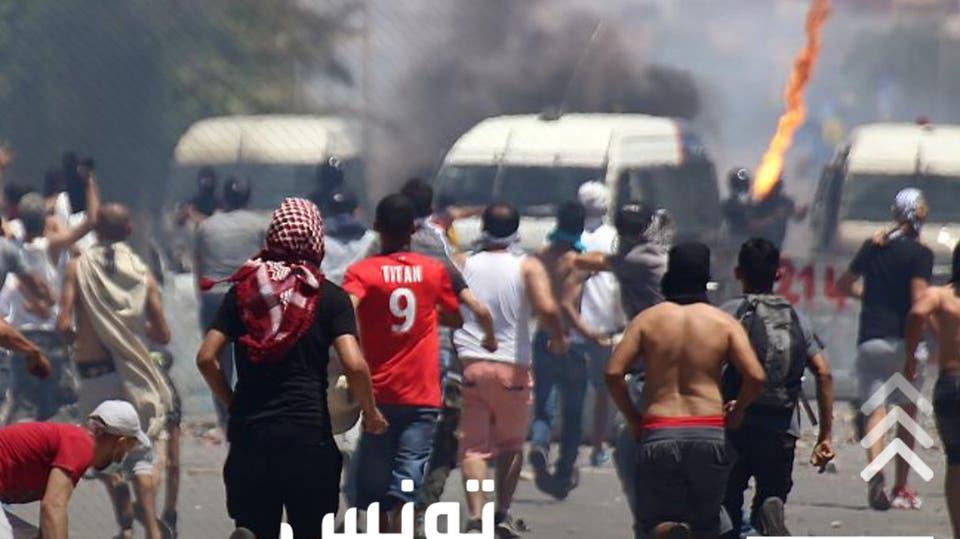 بعد وفاة شخص بقسم شرطة وتعرية آخر.. اشتباكات عنيفة في تونس