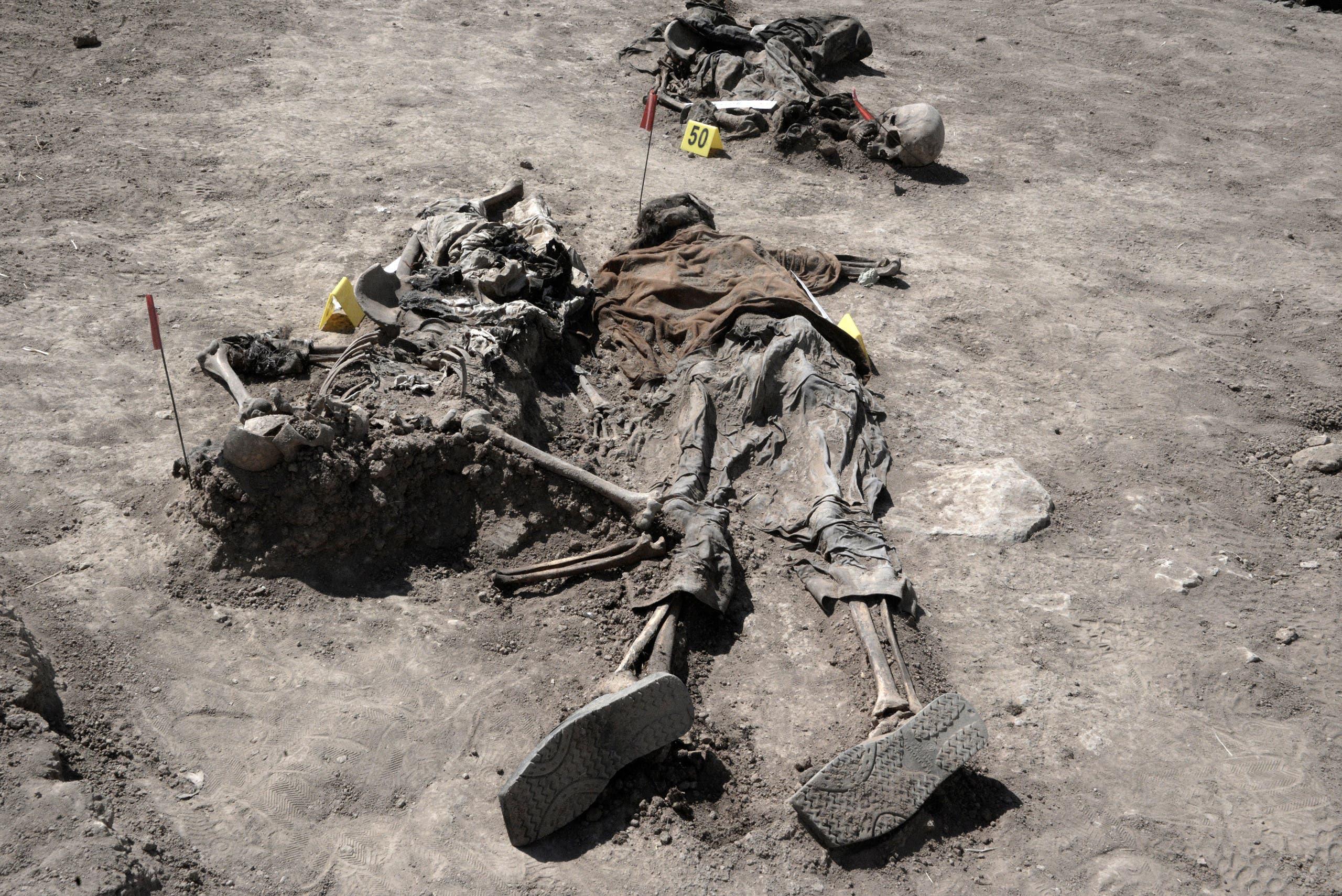 رفات تم استخراجها من المقبرة الجماعية لسجناء بدوش
