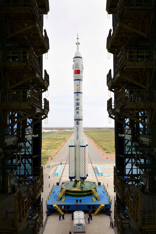 """صاروخ من سلسلة """"لونغ مارش"""" يحمل المركبة """"شنتشو"""""""