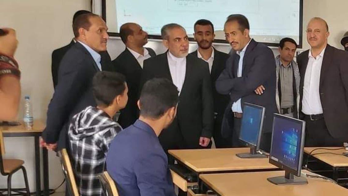 الحاكم العسكري الإيراني أثناء زيارته جامعة صنعاء