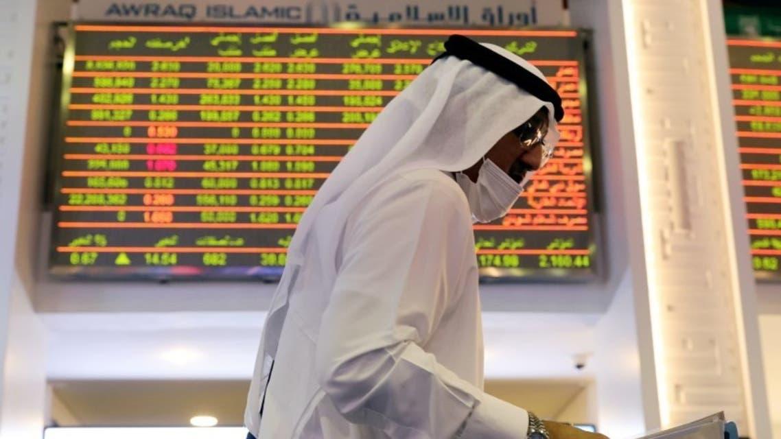 متداول في سوق دبي المالي (رويترز)