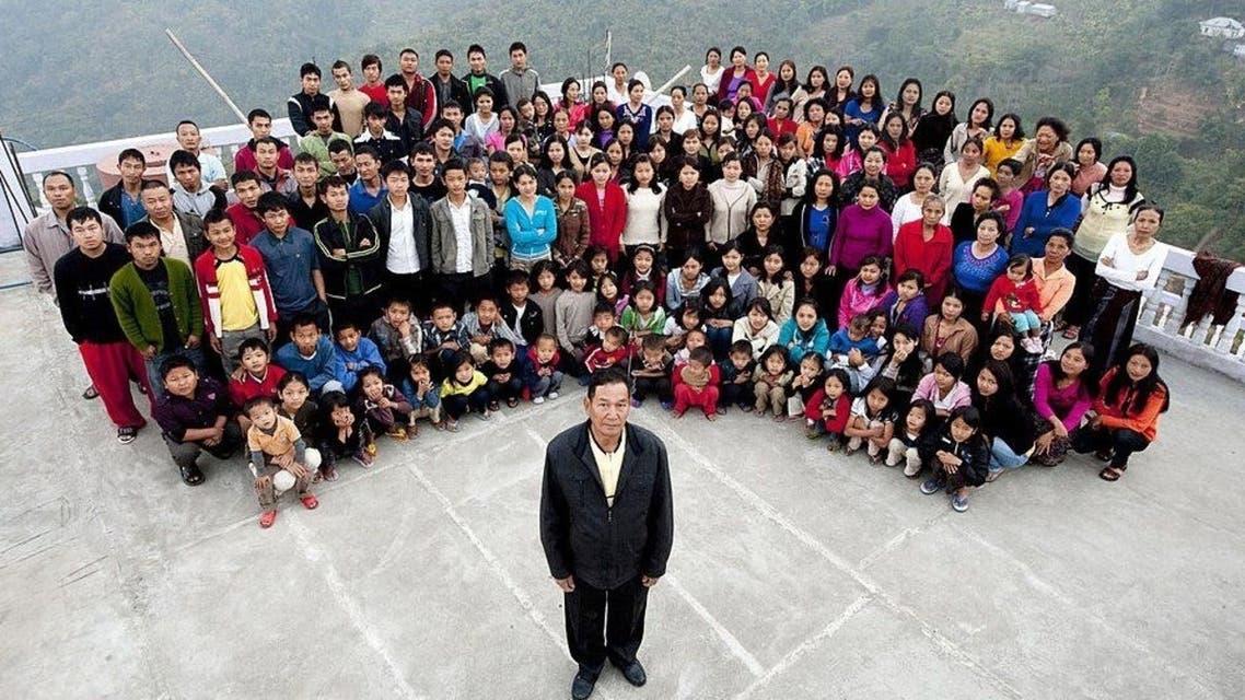 زيونا شانا، محاطا في أشهر صورة له بكل أبنائه