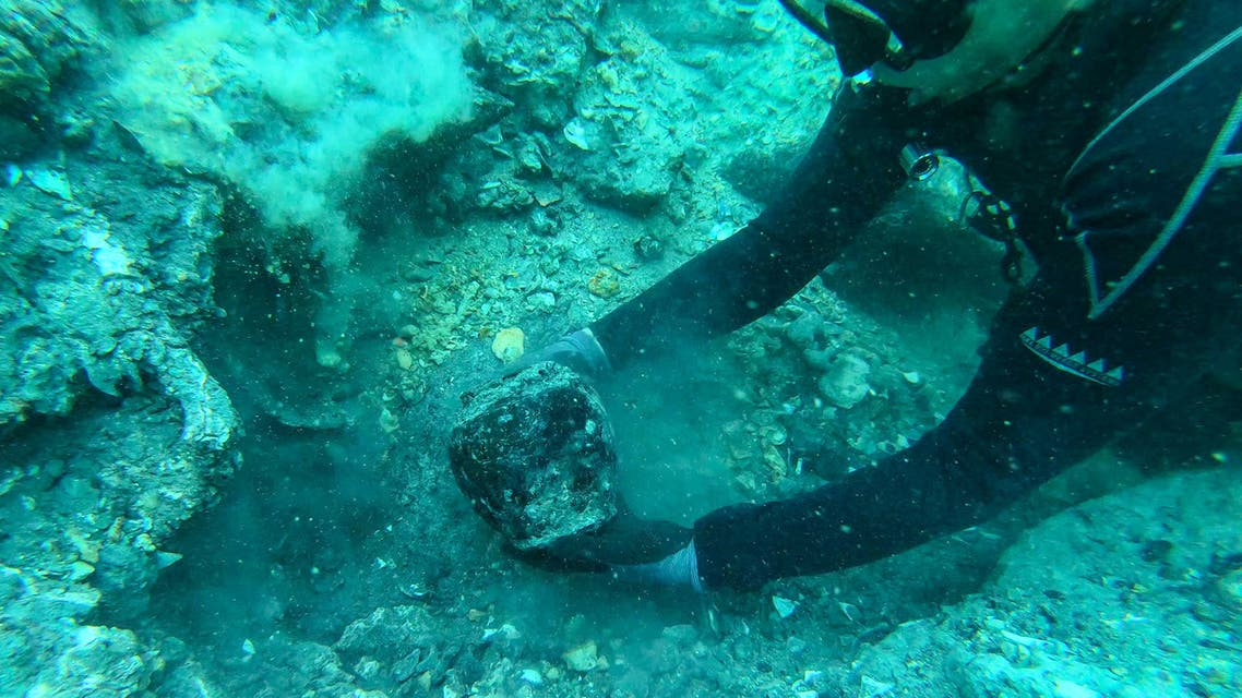 This undated handout photo from the ISEAS - Yusof Ishak Institute released on June 16, 2021 shows a diver holding an artefact discovered from a shipwreck in the waters off Pedra Branca, Singapore. (File photo: AFP)