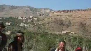 حاولوا سرقة أرضه فقاومهم.. شاهد حوثيين يعتدون على مسن