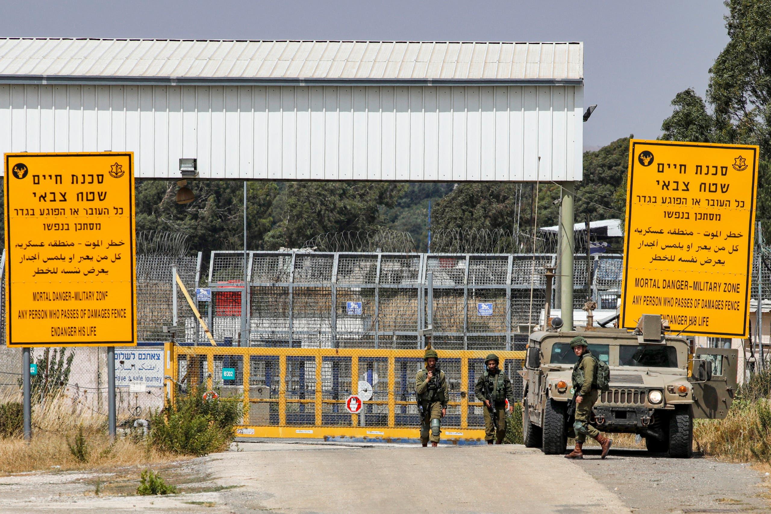 جنود وآليات إسرائيلية عند معبر حدودي مع سوريا تديره الأمم المتحدة في منطقة القنيطرة (أرشيفية)