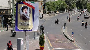 الشرخ بصفوف الإصلاحيين بإيران يعزز فرص المتشدد إبراهيم رئيسي