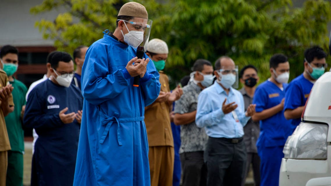 Health workers and doctors prays for their colleague, a victim of the COVID-19 coronavirus, at the Zainoel Abidin hospital in Banda Aceh on September 29, 2020. (File photo: AFP)