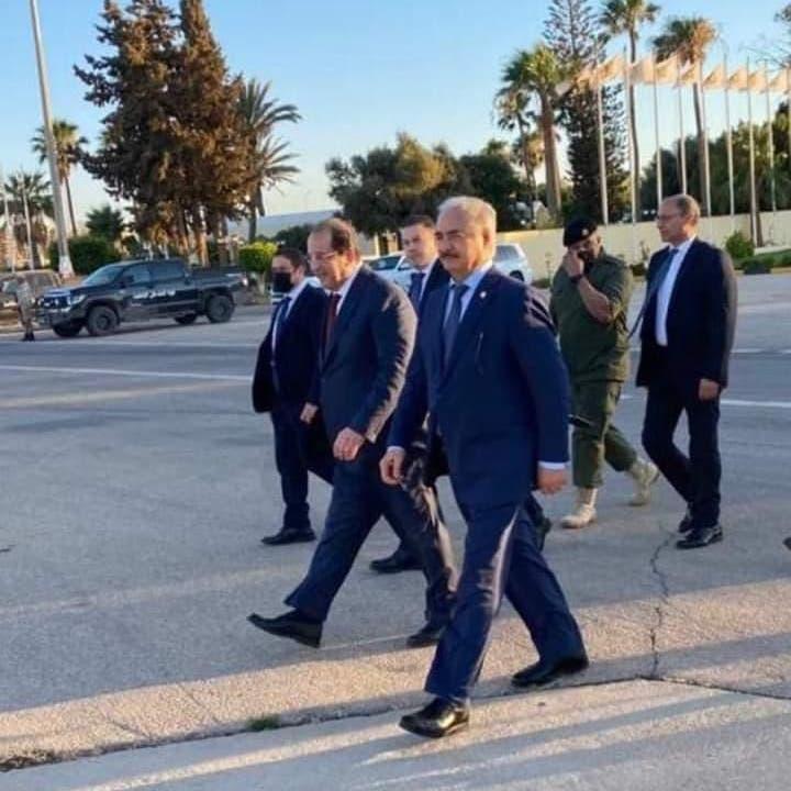 حاملا رسالة دعم من السيسي.. رئيس المخابرات المصرية يلتقي حفتر قائد الجيش في بنغازي