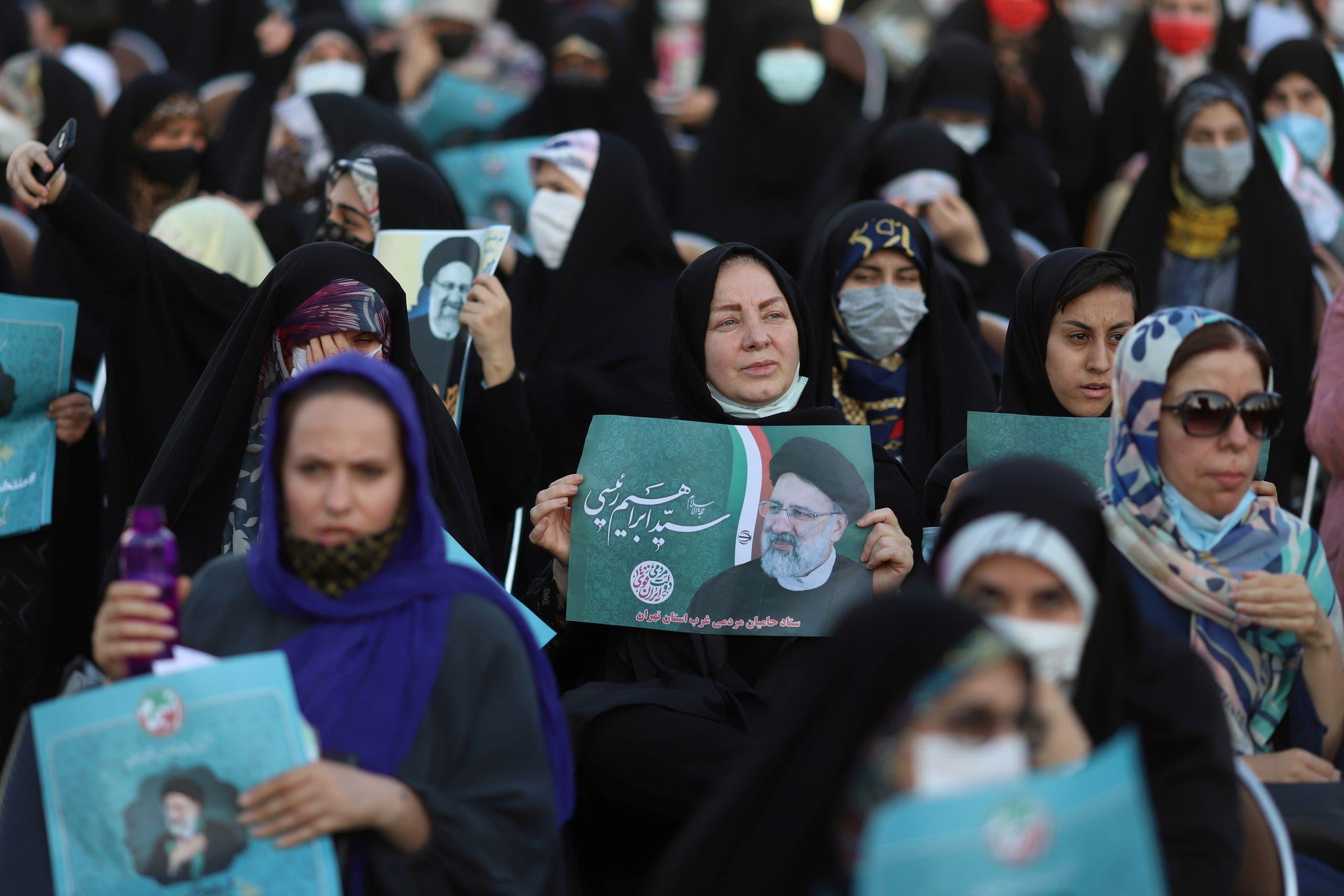 مناصرات لرئيسي خلال تجمّع في طهران الاثنين الماضي