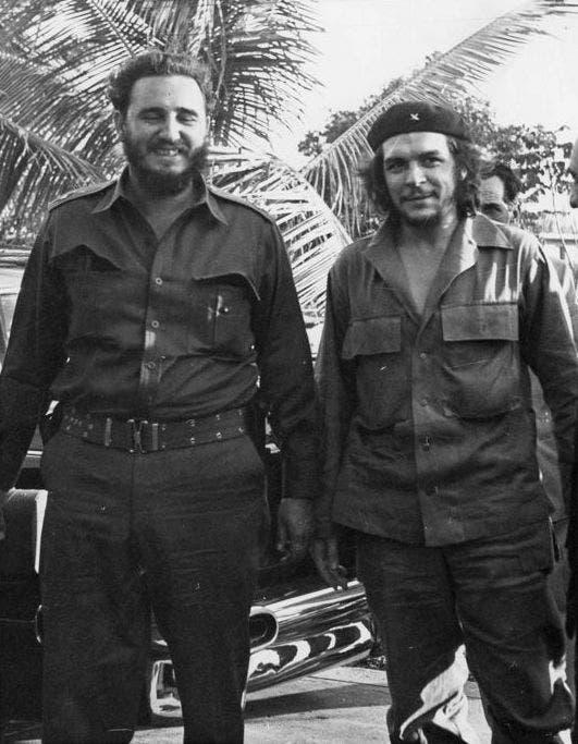 صورة لفيدل كاسترو وغيفارا عقب نجاح الثورة الكوبية