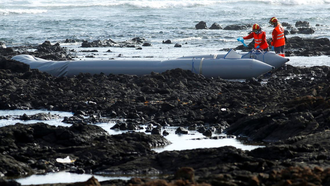 Rescue workers search for bodies after a boat with 46 migrants from the Maghreb region capsized in the beach of Orzola, in the Canary Island of Lanzarote, Spain June 18, 2021. (File photo: Reuters)