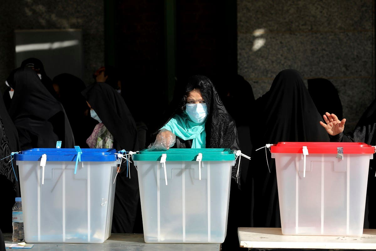 Voters cast their ballots for the presidential election at a polling station in Tehran, Iran, Friday, June 18, 2021. (File photo: AP)
