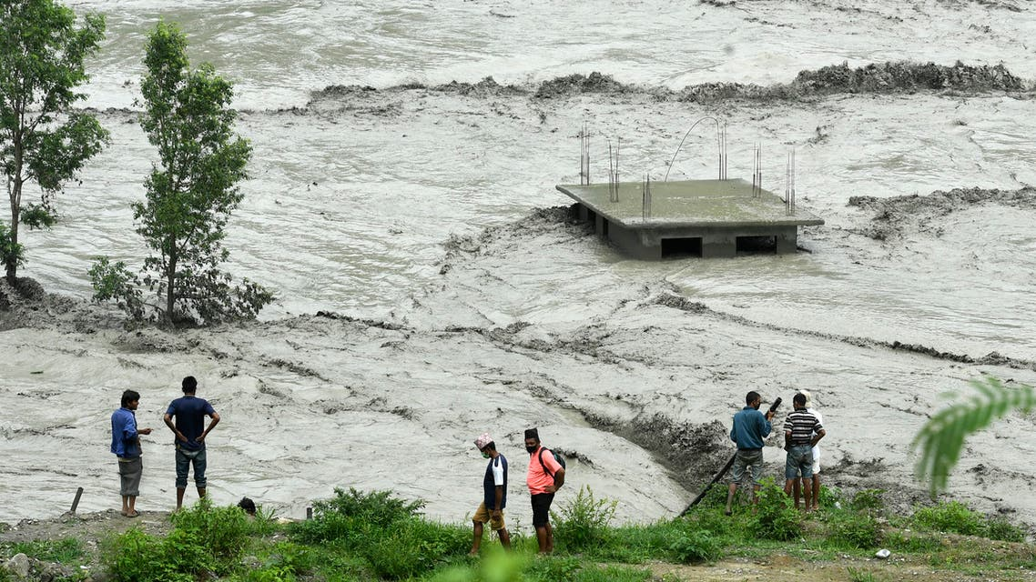 Residents stand along the banks of the overflowed Melamchi River following heavy monsoon rains in Sindhupalchok, some 70 km northeast of Kathmandu on June 16, 2021. (File photo: AFP)