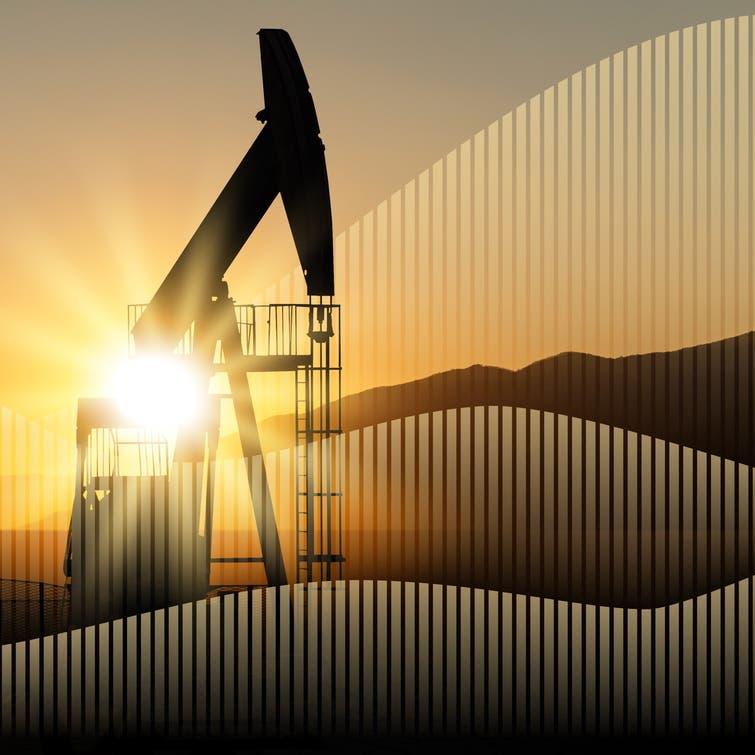 صعود الدولار يدفع النفط صوب أول خسارة أسبوعية في شهر
